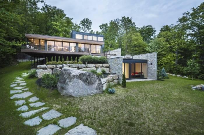 Семейный дом на берегу лесного озера