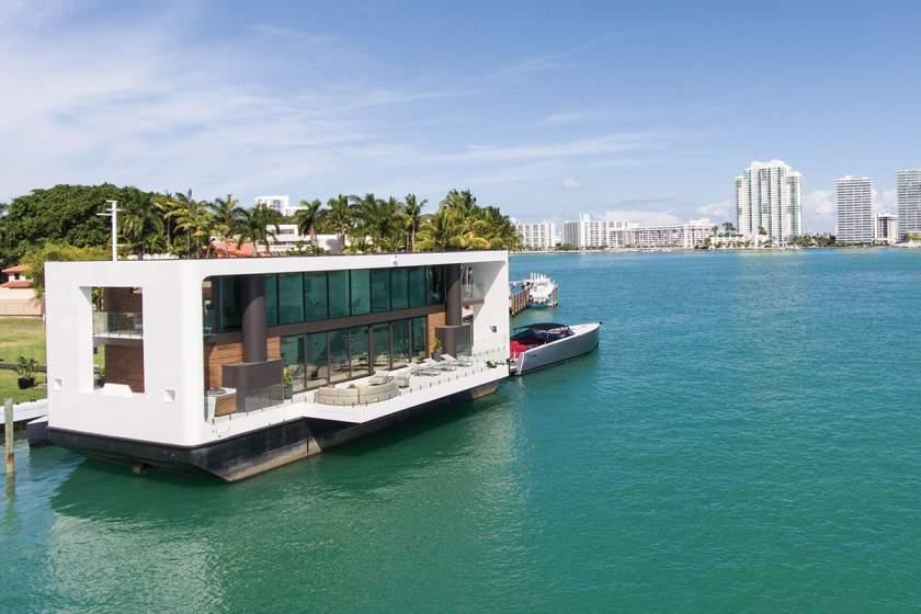 В Майами показали роскошный плавучий коттедж